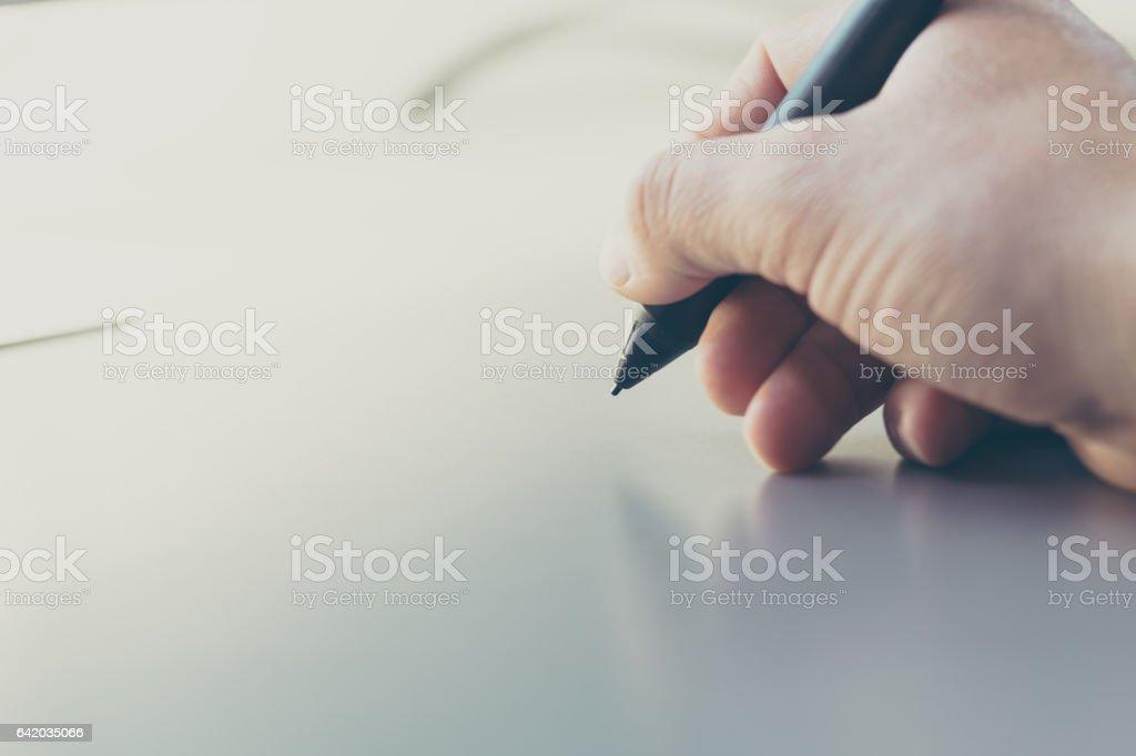 Concepto de firma digital en un tablet en el mundo moderno. - foto de stock