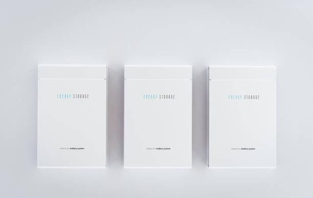 Konzept eines integrierten Batteriespeichersystems für Privatkunden. Mehrere moderne weiße Lithium-Ionen-Batterien an sauberer Wand montiert. 3D-Rendering. – Foto