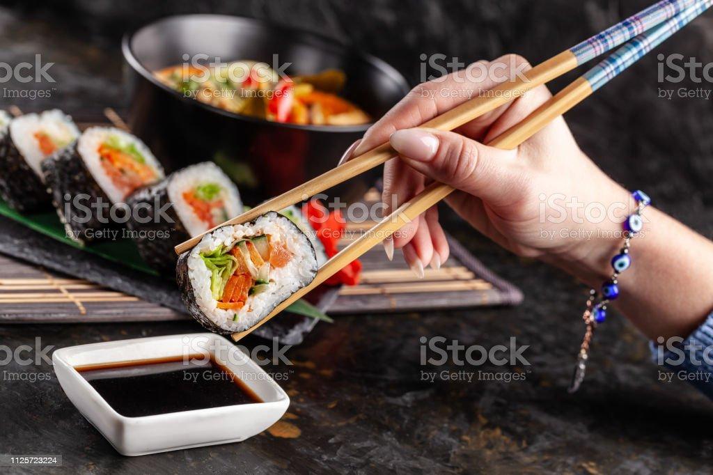 Photo libre de droit de Concept De Cuisine Asiatique La Fille Est ...