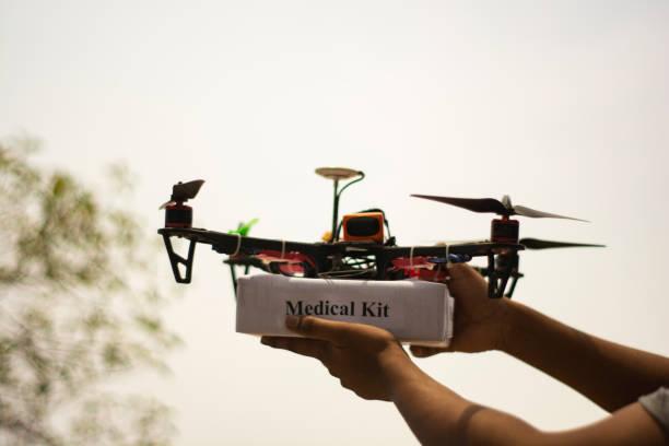 begreppet monterad drone quadcopter leverera en akut medicinsk kit och händer som får medicinsk kit. - delivery robot bildbanksfoton och bilder