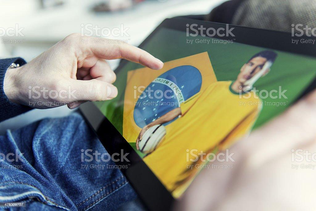 Conceito de futebol brasileiro em um tablet digital - foto de acervo