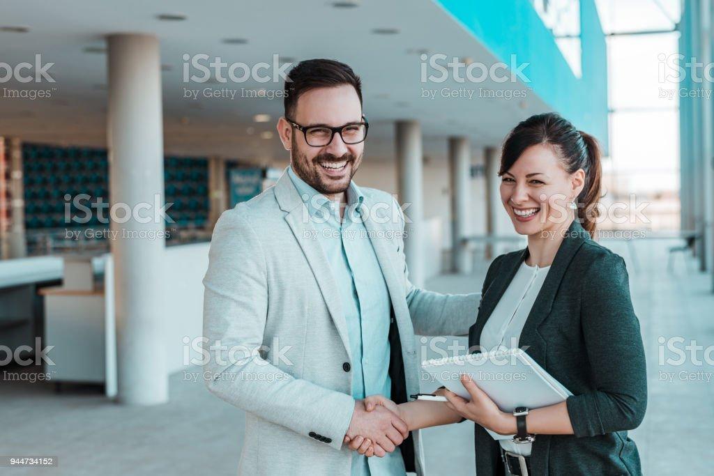 Konzept der geschäftlichen Partnerschaft Handshake. – Foto