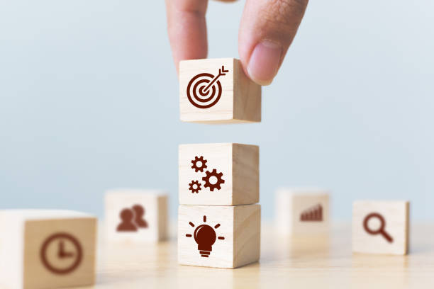 비즈니스 전략 및 행동 계획의 개념입니다. 사업가 손 아이콘 위에 나무 큐브 블록 퍼 팅 - 정돈 뉴스 사진 이미지