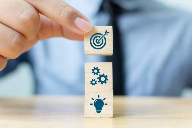 Konzept der Geschäftsstrategie und Aktionsplan. Geschäftsmann Hand setzt Holzwürfel Block auf die Spitze mit Ikone – Foto