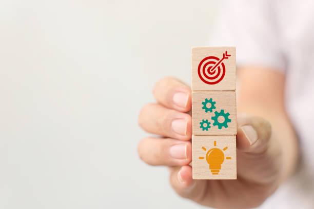 Konzept der Geschäftsstrategie und des Aktionsplans. Handhalten Holzwürfel Block Stapeln mit Symbol – Foto
