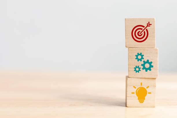 концепция бизнес-стратегии и план действий. деревянный куб блок укладки с иконой - понятия и темы стоковые фото и изображения