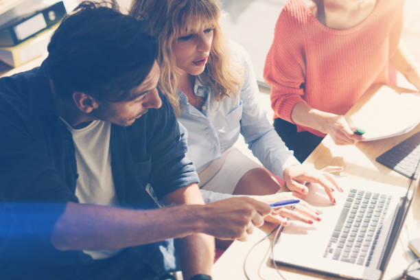 konzept des business teams im arbeitsprozess. junge berufstätige arbeiten mit neuen markt-projekt. projekt-manager treffen. der hintergrund jedoch unscharf. horizontal.flares. - projektmanager stock-fotos und bilder