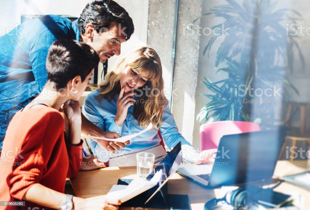 作業工程は、ビジネス チームのコンセプト。若い専門家は、市場の新しいプロジェクトで動作します。プロジェクト マネージャー会議します。背景をぼかし。水平。 ストックフォト