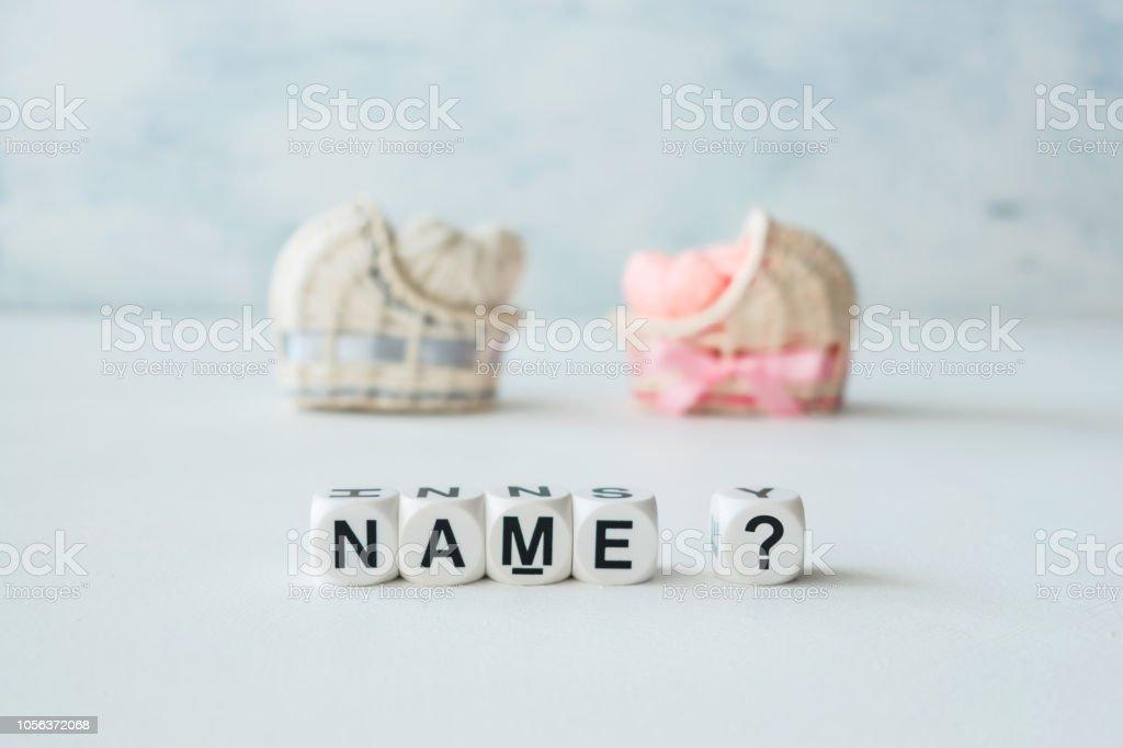 Concept de choisir le nom de bébé. Roses et bleues décoratives paille berceaux avec coeurs et texte le nom du thread? sur fond clair - Photo