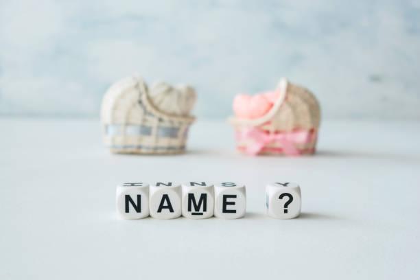 bebek adı seçme kavramı. pembe ve mavi dekoratif saman masa üstü şarj aletler iplik kalpleri ve metin adı ile? açık renkli - kimlik stok fotoğraflar ve resimler