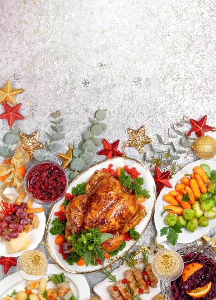 Konzept des Weihnachts- oder Neujahrsessens mit gebratenem Huhn und verschiedenen Gemüsegerichten – Foto