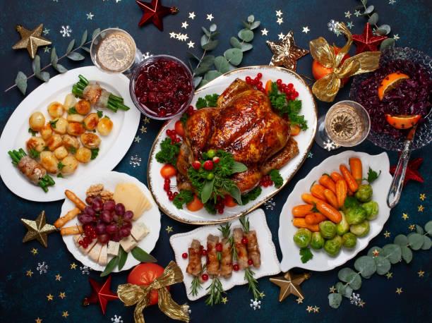 concetto di cena di natale o capodanno con pollo arrosto e vari piatti di verdure. - cena natale foto e immagini stock