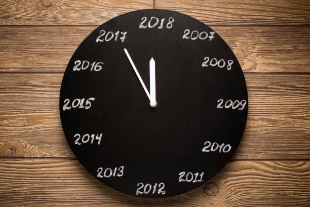 Concept de l'horloge à la veille de 2018. Fond en bois. - Photo