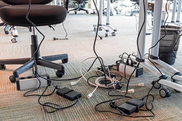 konzept der unordnung im büro. abgewickelt und verworrenen elektrische drähte unter den tisch. 5 s system des lean manufacturing. - metalldraht stock-fotos und bilder