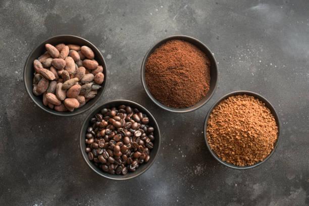 konceptet kakao och kaffe bönor i skålar på mörkt. - stålpenna bildbanksfoton och bilder