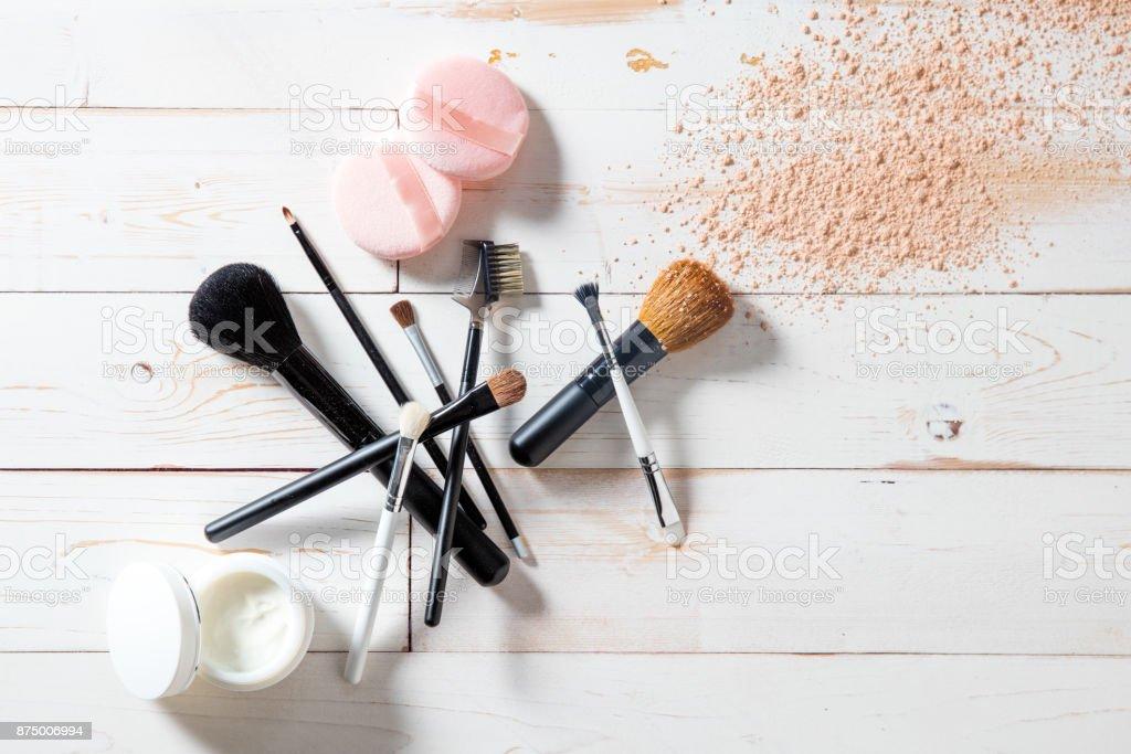 Konzept der Kosmetik und Make-up mit Puder, Hautpflege und Bürsten – Foto