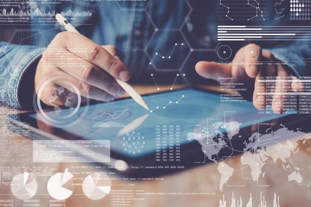 Konzept der digital Diagramm, Grafik-Schnittstellen, virtuelle Anzeige Verbindungen Symbol. Mann mit Stylus-Stift auf dem Display der zeitgenössischen elektronischen Tablet. Der Hintergrund jedoch unscharf. Horizontale. – Foto