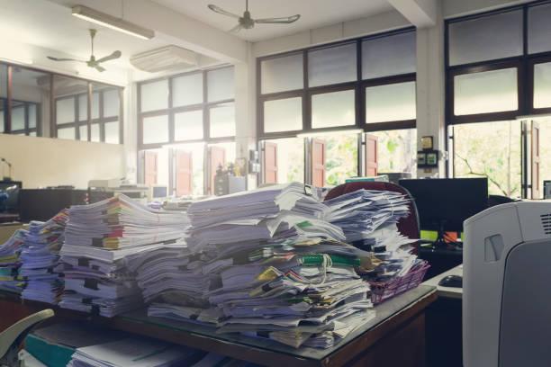 konzept des dokuments arbeitsbelastung, haufen von unvollendeten dokumente auf schreibtisch, stapel der wirtschaftszeitung, vintage-effekt - schreibtischunterlagen stock-fotos und bilder