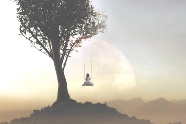 Konzept der Freiheit und Entspannung eines jungen Mädchens, das auf einer Schaukel vor einer surrealen Landschaft schwingt – Foto