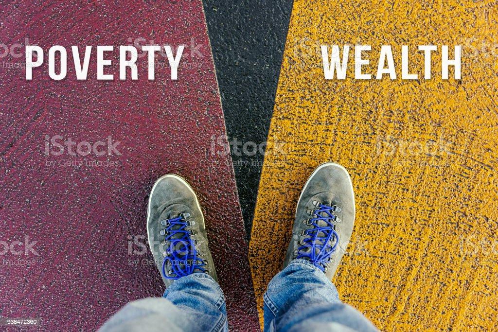 Konzept der Kluft zwischen Arm und Reich von Schuhen auf verschiedene farbige Wege gezeigt – Foto