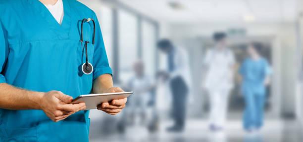 concept van wereldwijde geneeskunde en gezondheidszorg. arts houdt digitale tablet. diagnostiek en moderne technologie - ziekenhuis stockfoto's en -beelden