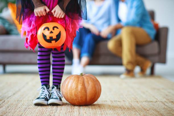 ハロウィーンの概念。カボチャと魔女の衣装で子供の女の子の足 - halloween ストックフォトと画像