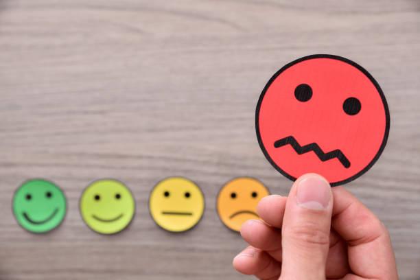 concept van de hand nemen van een negatieve beoordeling detail - negatieve emotie stockfoto's en -beelden