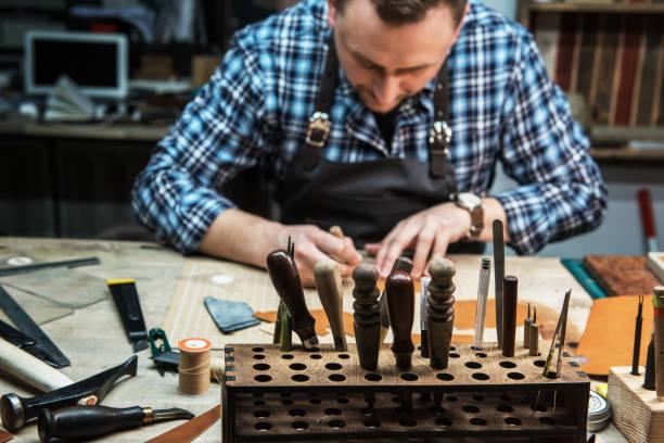 Konzept der handgefertigten Handwerkskunst Produktion von Lederwaren – Foto