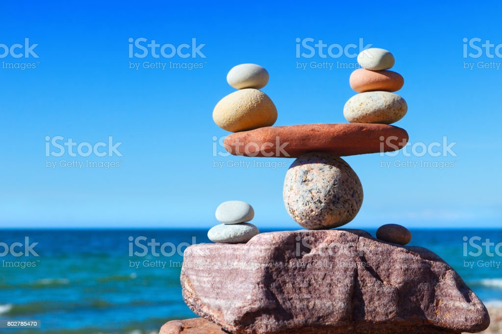 Concept of harmony and balance. Balance stones against the sea. - foto stock
