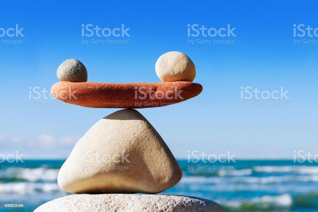 Konzept der Harmonie und Gleichgewicht. Balance Steine auf das Meer. – Foto