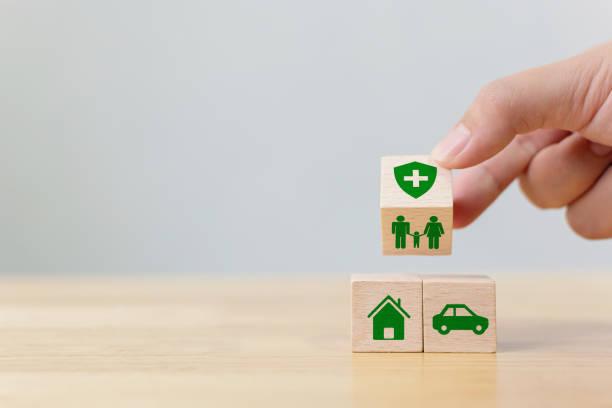 Concepto de seguro de salud, vida, accidentey viaje con icon healthcare, house, family, car e investment - foto de stock