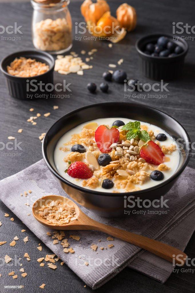 Konzept für gesunde Ernährung und Lebensweise, Frühstück Mahlzeit, Naturjoghurt mit frischen Beeren und Getreide. - Lizenzfrei Abnehmen Stock-Foto