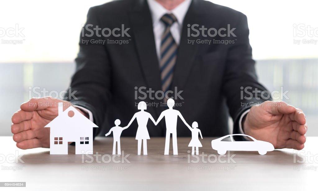 Notion de foyer, famille et assurance automobile - Photo