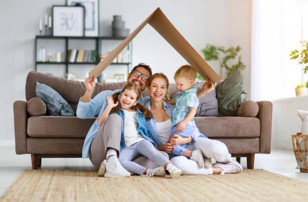 Wohnungs-und Umzugskonzept. Glückliche Familienmutter Vater und Kinder mit Dach zu Hause – Foto