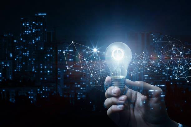 Konzept, Idee und Innovation. Hand mit einem brennenden Getriebe. – Foto