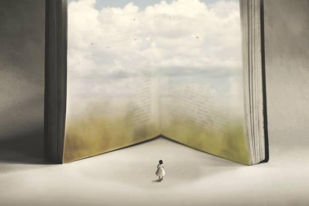 Konzept der Phantasie und Freiheit einer kleinen Frau, die in ein Fantasy-Buch eintreten will – Foto