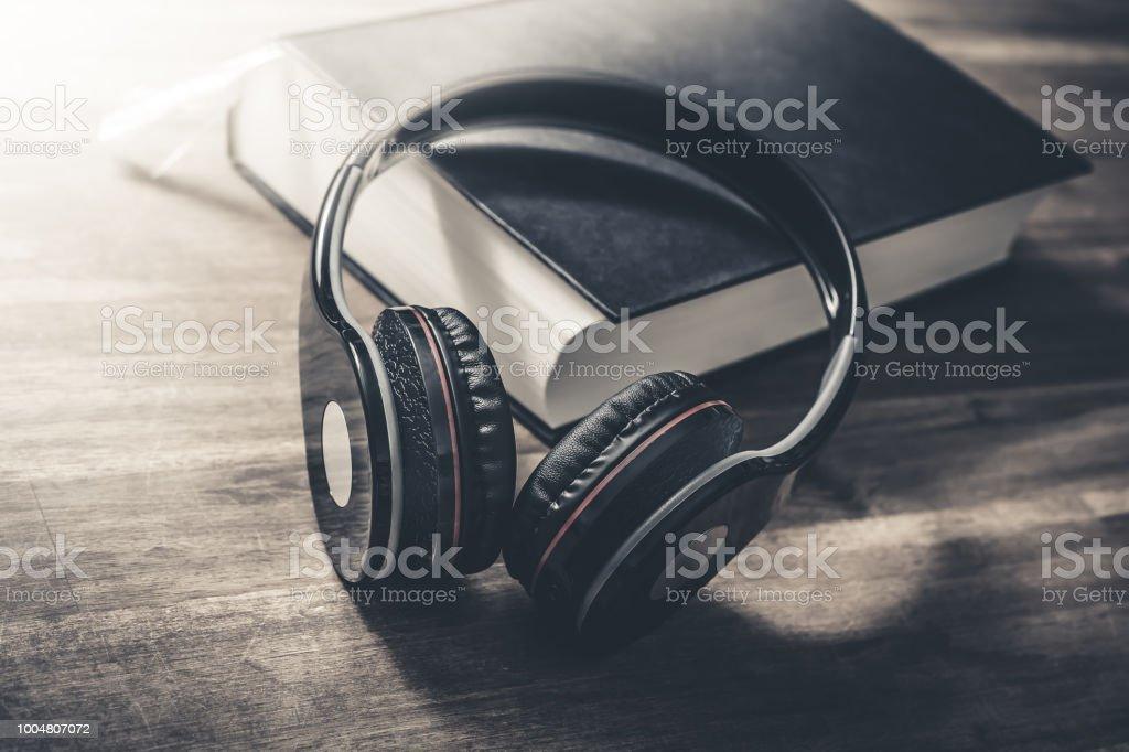 Conceito de ouvir um audiolivro na atmosfera monocromática Vintage - foto de acervo