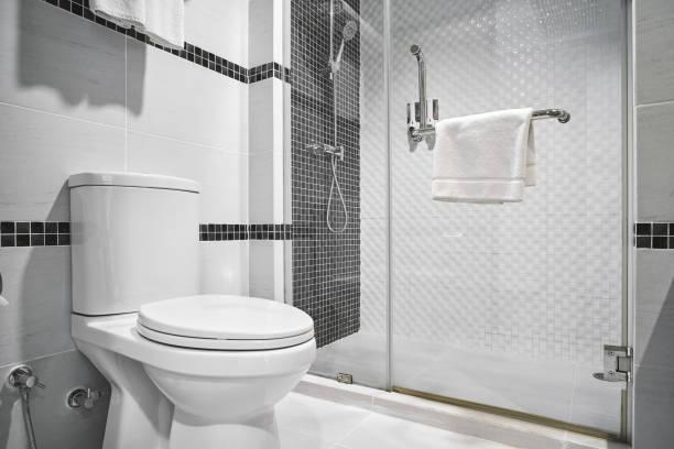 conceito de design moderno da decoração do banheiro para o hotel de luxo, residencial - banheiro instalação doméstica - fotografias e filmes do acervo