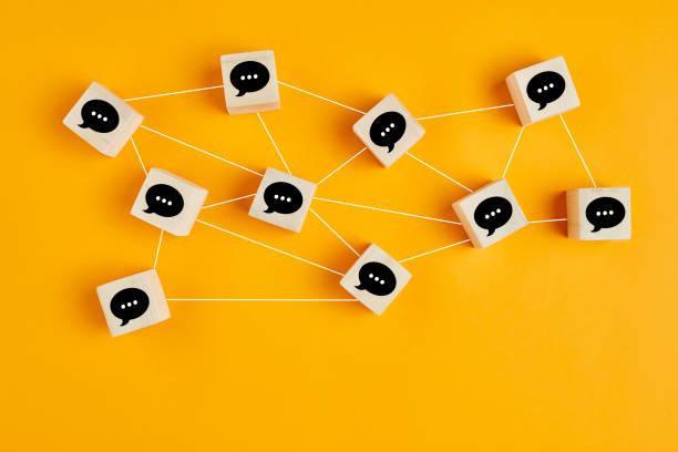 konzept der online-kommunikation oder social networking. holzwürfel mit miteinander verbundenen sprechblasen. - gespräch stock-fotos und bilder