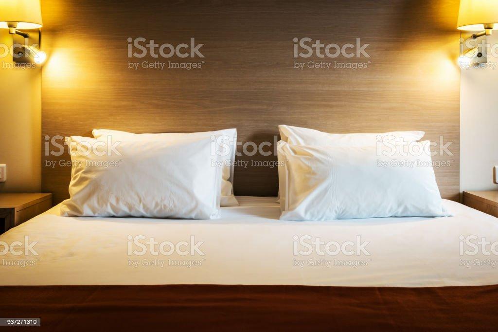 Konzept der Vorbereitung ein Bett in einem Hotelzimmer oder bei hom – Foto