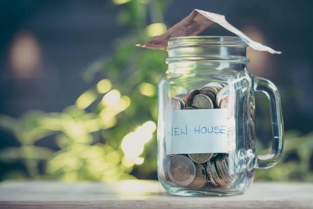 ev bir kavanoza para tasarrufu kavramı. - bearn stok fotoğraflar ve resimler