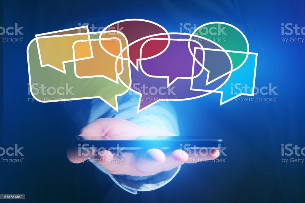 Concept d'envoyer des email sur smartphone interface avec l'icône de message autour photo libre de droits