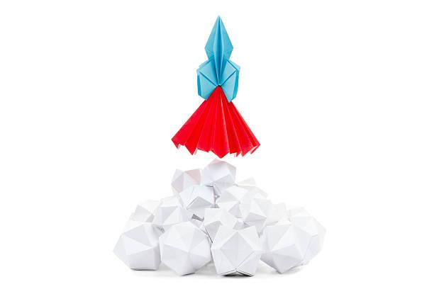 concept de réussite professionnelle ou de stratégie, par ex. startups. - origami photos et images de collection