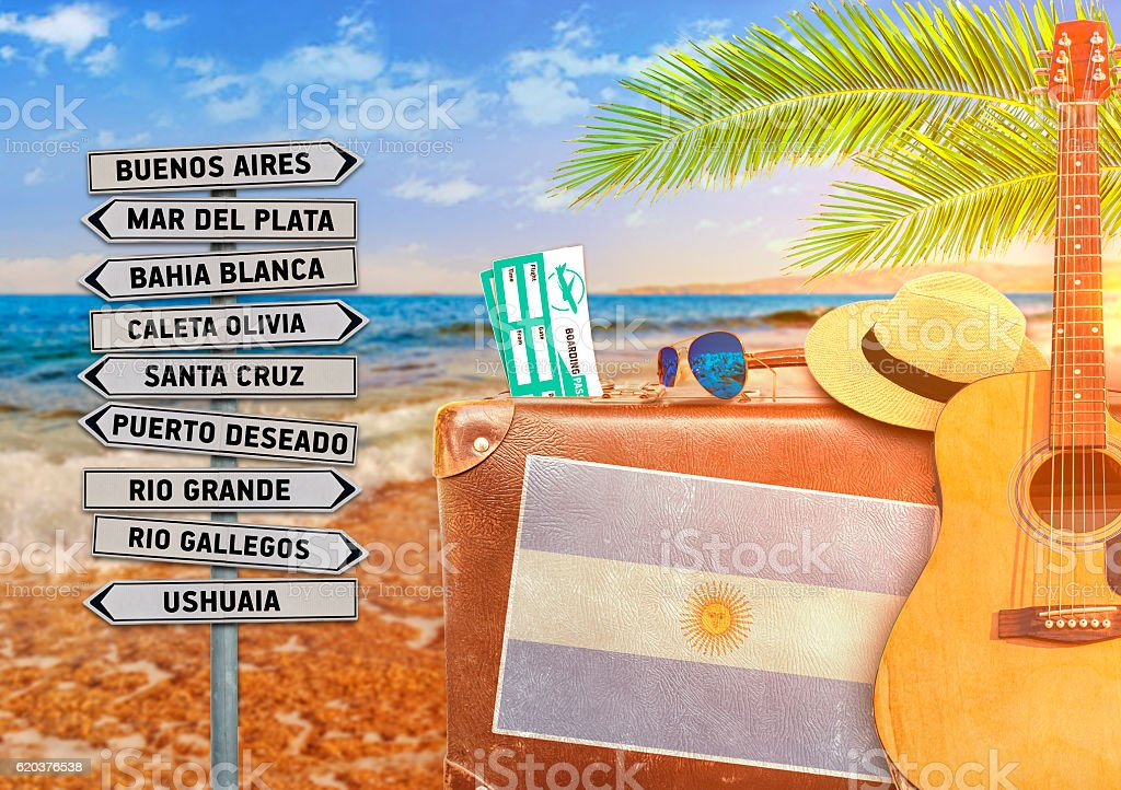 Concept of summer traveling with old suitcase and Argentina town foto de stock royalty-free