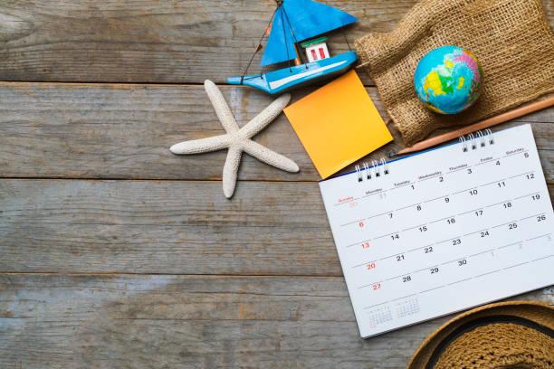 konzept der reise urlaubsreise und langes wochenende planen mit dem kalender auf hölzernen hintergrund - städtetrip stock-fotos und bilder