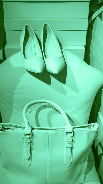 konzept der trendigen weiblichen accessoires-taschenschuhe auf leeren kisten und neongrünem hintergrund. - neontasche stock-fotos und bilder