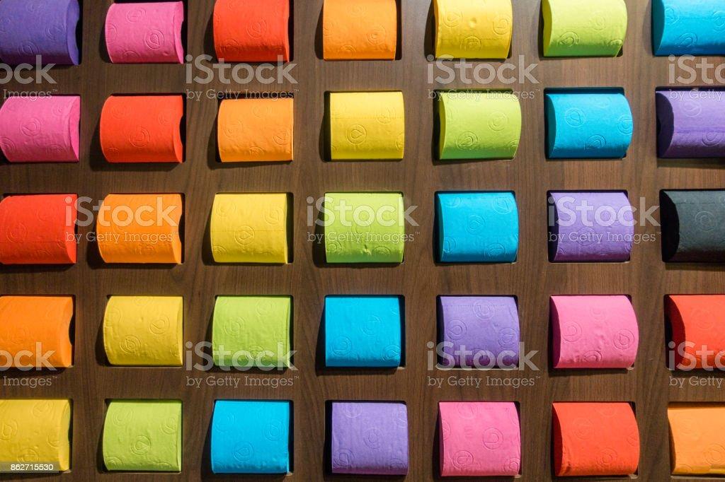 Conceito padrão tecido colorido papel higiênico no fundo - foto de acervo