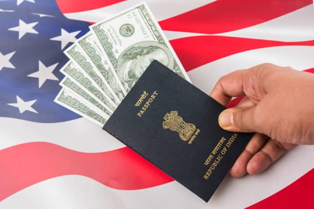 Konzept zeigt indischen Reisepass mit US-Banknoten oder US-Dollar mit der amerikanischen Flagge im Hintergrund, Anwendung für US / american Tourist oder H-1 b Visum oder Visum reisen – Foto