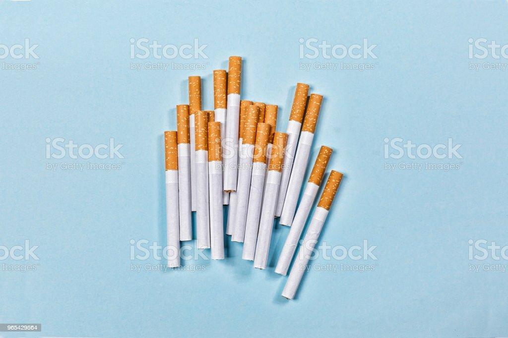 概念停止吸煙。極 簡 主義。香煙, 不健康, 尼古丁, 頂級視圖。複製空間 - 免版稅 紅心圖庫照片