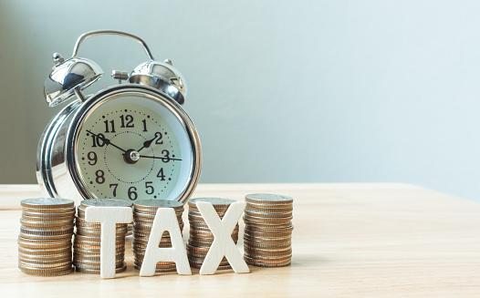 Concept Tax Time And Alarm Clock With Coins Stack - Fotografie stock e altre immagini di Affari